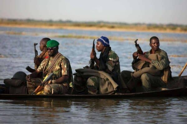 Malian soldiers ride a canoe to the village of Kadji in Gao March 1, 2013. According to the Malian Army, Kadji was a stronghold of radical Islamist group the Movement for Oneness and Jihad in West Africa (MUJAO) before Malian forces took it back on Thursday. REUTERS/Joe Penney (MALI - Tags: MILITARY POLITICS CONFLICT CIVIL UNREST) - RTR3EGOW