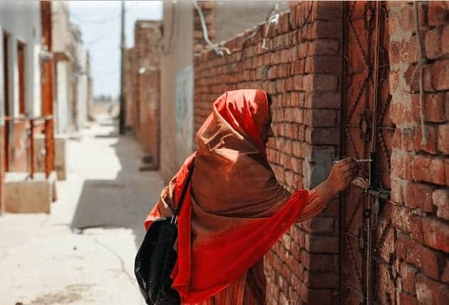 A health care worker in Pakistan